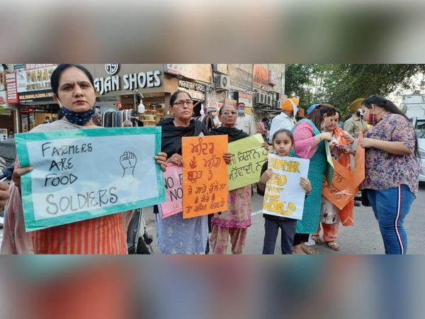 रोष प्रदर्शन में पुरुषों के अलावा महिलाएं और बच्चों ने भी बढ़-चढ़कर भाग लिया।