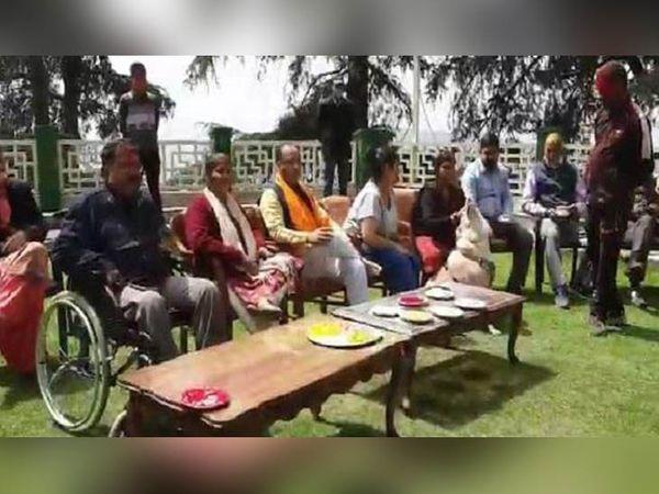 शिमला में अपने सरकारी आवास पर होली का उत्सव एंजॉय करते मुख्यमंत्री जयराम ठाकुर । - Dainik Bhaskar