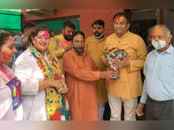पंचकूला में भारतीय जनता पार्टी के प्रदेश अध्यक्ष ओम प्रकाश धनखड़ के घर पहुंचे पार्टी के कार्यकर्ता। - Dainik Bhaskar