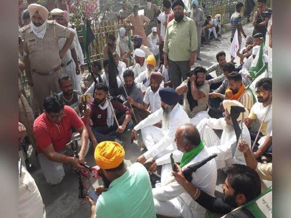 सिरसा में उप मुख्यमंत्री दुष्यंत चौटाला के घर के पास धरने पर बैठे किसानों को समझाने की कोशिश करते पुलिस अधिाकारी। - Dainik Bhaskar