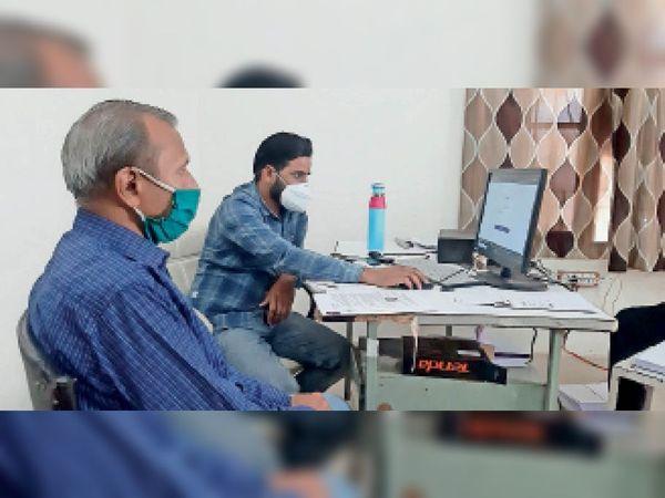 नागरिक अस्पताल के वेक्सीनेशन सेंटर में वैक्सीन लगवाने वालों का पंजीकरण करते कर्मचारी। - Dainik Bhaskar