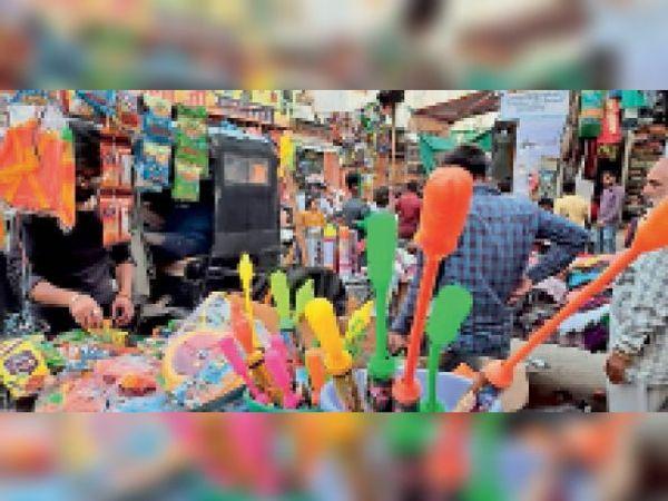 होली से जुड़ा सामान बेचने के लिए हांसी के बाजार में लगी स्टाल। - Dainik Bhaskar