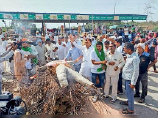 हांसी। रामायण टोल प्लाजा पर कृषि कानूनों का पुतला जलाते किसान। - Dainik Bhaskar