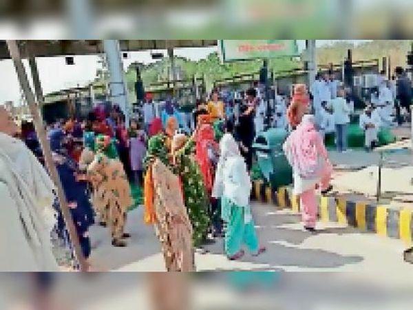 हांसी. रामायण टोल प्लाजा पर धरनास्थल से उठकर जाने के दौरान पूर्व मंत्री अतर सिंह सैनी के खिलाफ नारेबाजी करतीं महिलाएं। - Dainik Bhaskar