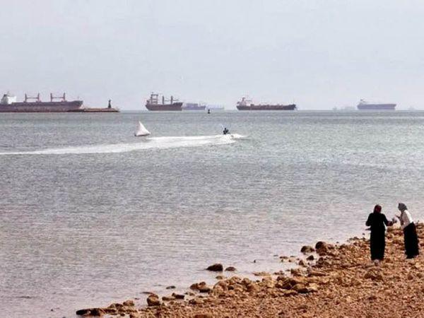 डग बोट की मदद से शिप को 100 फीट खिसकाने में सफलता मिली। इस दौरान दोनों ओर खड़े जहाजों ने हॉर्न बजाकर खुशी का इजहार किया। - Dainik Bhaskar