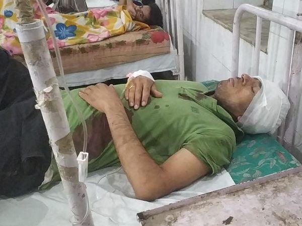 घायल पति अस्पताल में भर्ती।