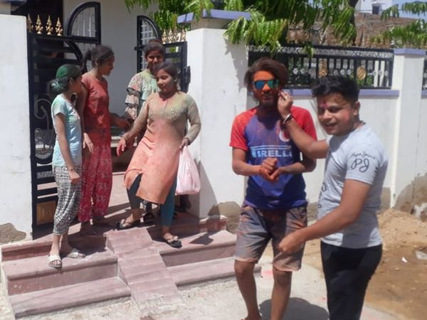 अबीर गुलाल के साथ होली मनाई गई। - Dainik Bhaskar