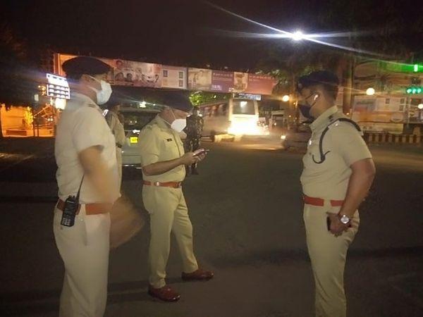 रात से ही शहर की सड़कों पर पुलिस तैनात है, रविवार रात को सुरक्षा व्यवस्था का जायजा लेते SP अमित सांघी व अन्य अफसर