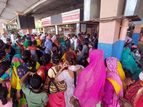 फोटो जयपुर के बस स्टेंड का है। होली के दिन यहां आने-जाने वालों की भीड़ रही। - Dainik Bhaskar
