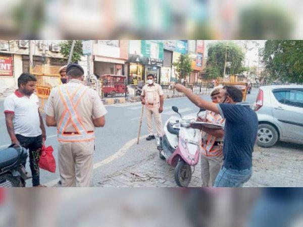 सोनीपत, चेकिंग के दौरान चालान करती सिविल लाइन थाना पुलिस टीम। - Dainik Bhaskar