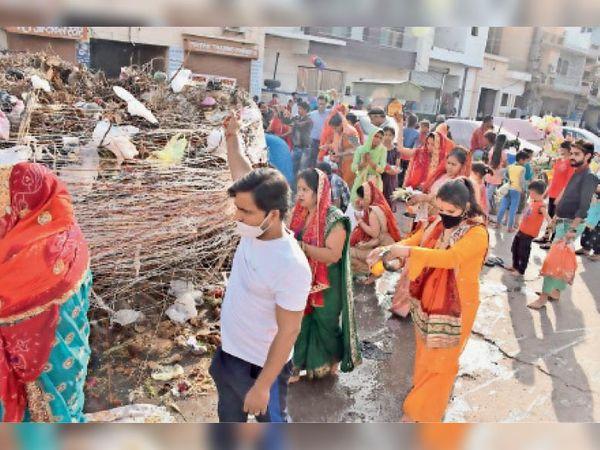 हिसार| कटला रामलीला मैदान और पुरानी सब्जी मंडी में होलिका दहन से पूर्व पूजा-अर्चना करतीं महिलाएं। - Dainik Bhaskar