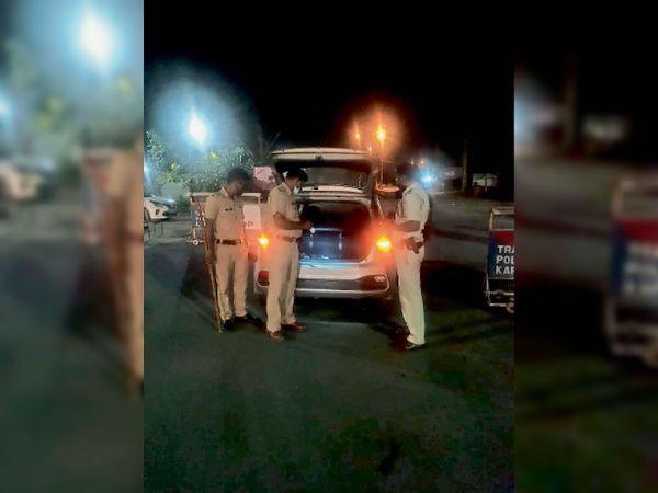 करनाल, फाग पर्व पर सुरक्षा को लेकर वाहनों की चेकिंग करते पुलिसकर्मी। - Dainik Bhaskar