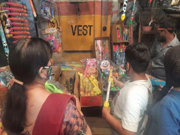 अजमेर के बाजार में की जा रही खरीदारी