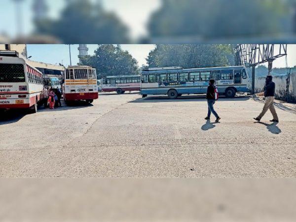 करनाल, पुराने बस स्टैंड पर खड़ी बसें। - Dainik Bhaskar