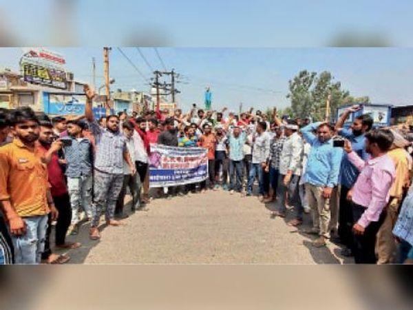 गुहला चीका, मंदिर ढहाए जाने के विरोध में प्रदर्शन करते ट्रक यूनियन सदस्य। - Dainik Bhaskar