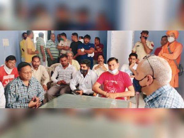 कलायत, स्थानीय लोगों से चर्चा करते एसडीएम वीरेंद्र सिंह। - Dainik Bhaskar
