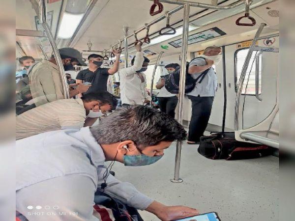 बहादुरगढ़ कीर्ति नगर मेट्रो लाइन में बिना मास्क लगाए यात्रा कर रहे लोगों के चालान काटते टीम। - Dainik Bhaskar