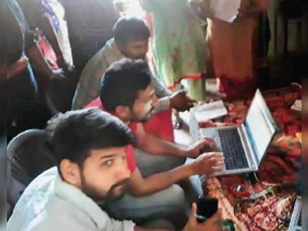 कैथल, गांव में कैंप लगाकर आयुष्मान कार्ड बनाती स्वास्थ्य विभाग की टीम। - Dainik Bhaskar