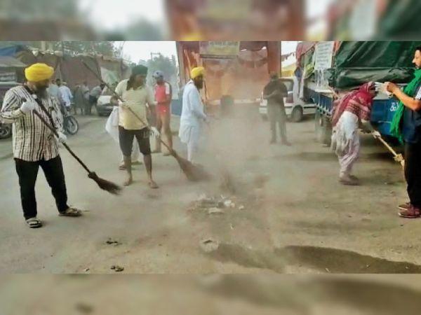 बहादुरगढ़ में होली के मौके पर टिकरी बॉर्डर पर सफाई अभियान में जुटे किसान। - Dainik Bhaskar