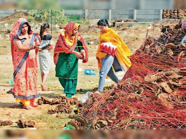 सुखपुरा चाैक के पास बनाई हुई हाेली पर पूजा करती हुई महिलाएं। - Dainik Bhaskar