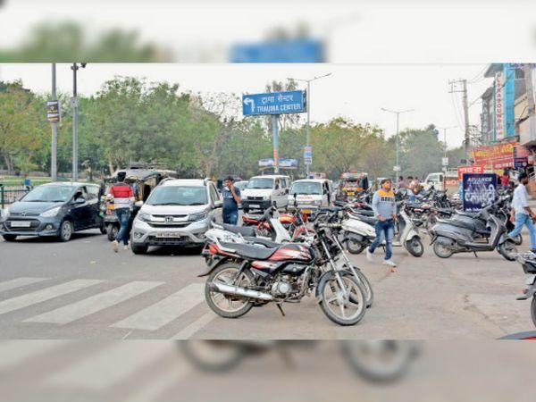 }मेडिकल मोड़ पर रोड पर खड़े वाहन। - Dainik Bhaskar