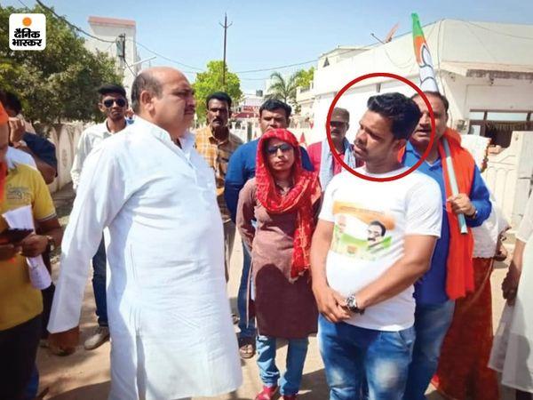 विधायक अशोक रोहाणी के साथ लाल घेरे में आरोपी राजेश श्रीवास्तव।