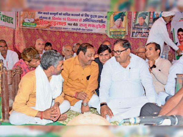 मकड़ौली टाेल पर इनेलाे नेता अभय चाैटाला से बातचीत करते किसान नेता अनिल नांदल उर्फ बल्लू प्रधान। - Dainik Bhaskar