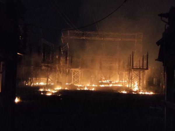 ब्यावर के GSS में लगी आग से उठती लपटे, गनीमत रही कि कोई बड़ा हादसा नहीं हुआ-फोटो नवीन गर्ग - Dainik Bhaskar