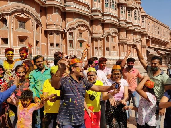 जयपुर के हवामहल पर होली के रंग में रंगे लोग डांस कर त्यौहार का मजा लेते हुए। - Dainik Bhaskar