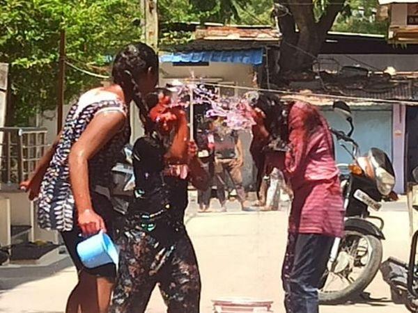 युवतियों ने भी मोहल्ले में जमकर एक-दूसरे को भिगोया।