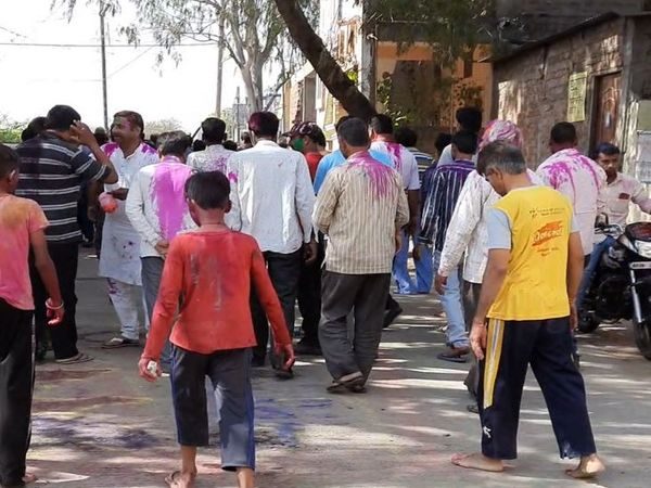 ग्रामीण इलाकों में सुबह से ही फाग गाते हुए लोग एक-दूसरे के घर पहुंच रहे हैं।