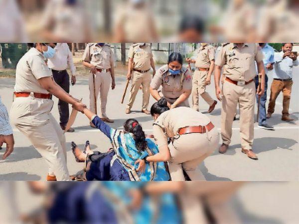 पटियाला के वाईपीएस चौक पर अध्यापकों को जबरन उठाकर ले जाते पुलिसकर्मी।-भास्कर - Dainik Bhaskar