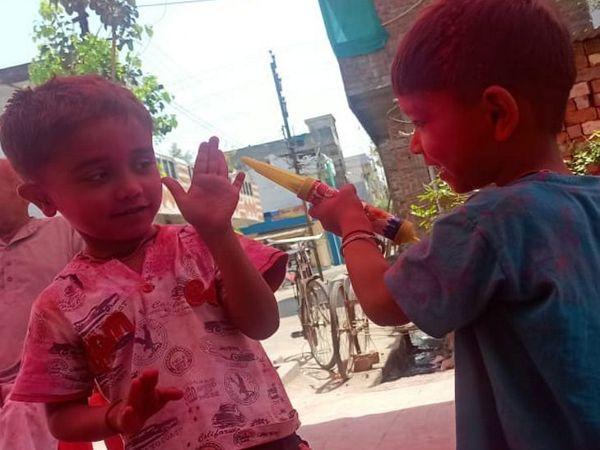 बच्चों ने भी होली का त्योहार मनाया।