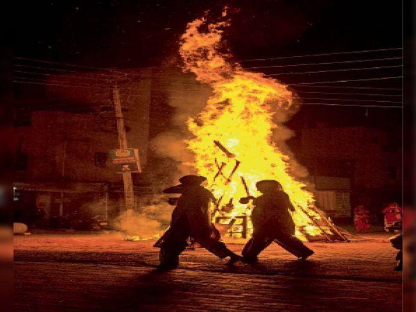 अम्बाला | होली की पूर्व संध्या पर जिलेभर में होलिका दहन हुआ। कैंट के बंगाली मोहल्ला में होलिका दहन के दौरान पूजा करती महिलाओं का यह फोटो फोटोग्राफर तुषार नरुला ने खास भास्कर के लिए क्लिक किया है। - Dainik Bhaskar