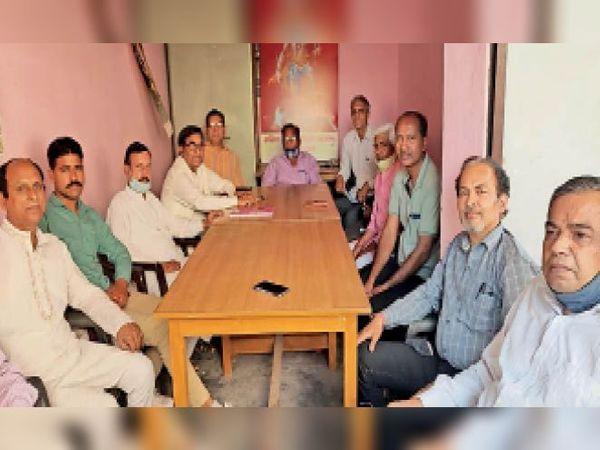 भगवान परशुराम जन्मोत्सव को लेकर बैठक करते कार्यकारिणी सदस्य। - Dainik Bhaskar