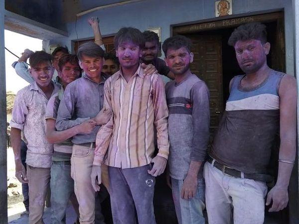 केकड़ी के आलोली गांव में टोली ने ऐसे एक दूसरे को लगाया रंग