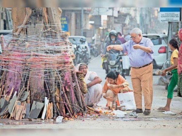 अम्बाला | कैंट के बंगाली मोहल्ला में होलिका दहन के दौरान पूजा करते श्रद्धालु। - Dainik Bhaskar