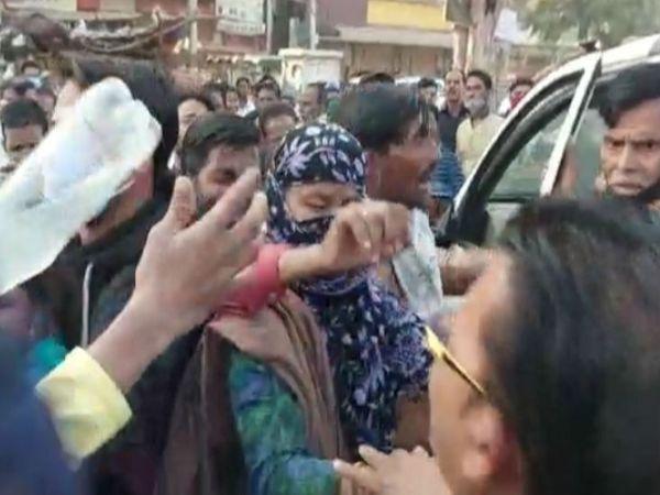 सड़क पर छात्रा के परिजन हंगामा कर पुलिस से न्याय की गुहार लगाई। - Dainik Bhaskar