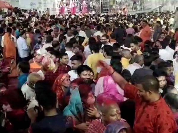 झारखंड के देवघर में स्थित बाबा बैद्यनाथ मंदिर में होली के अवसर पर हरी और हर का मिलन हुआ। इस ऐतिहासिक क्षण को देखने के लिए यहां लोगों की काफी भीड़ जुटी।