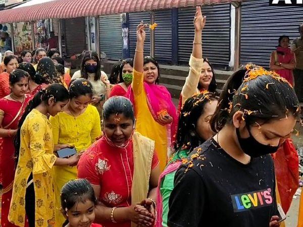 डिब्रूगढ़ में भगवान कृष्ण की रथयात्रा में भारी संख्या में भक्त नजर आए। महिलाओं-लड़कियों ने भी इसमें बढ़-चढ़कर हिस्सा लिया।