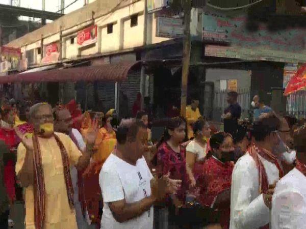 भगवान की झांकी के दौरान कई भक्तों ने मास्क भी पहन रखे थे। कोरोना से सुरक्षा के मद्देनजर सोशल डिस्टेंसिंग का भी पालन किया जा रहा था।