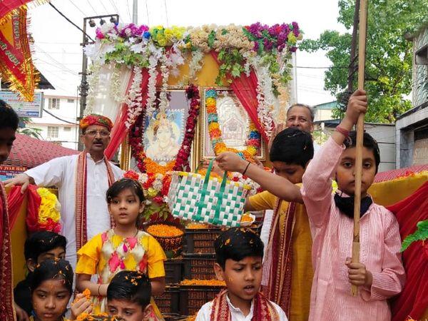 यह फोटो असम के डिब्रूगढ़ की है। यहां भक्तों ने भगवान श्रीकृष्ण की झांकी निकालकर होली मनाई।