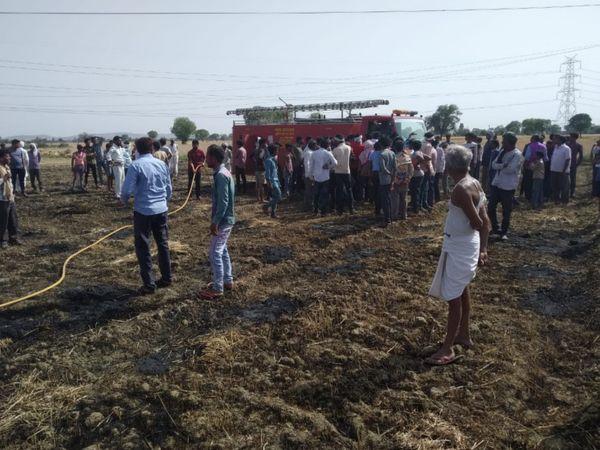 रणधीरगढ़ के खेतों में आग बुझाती दमकल। - Dainik Bhaskar