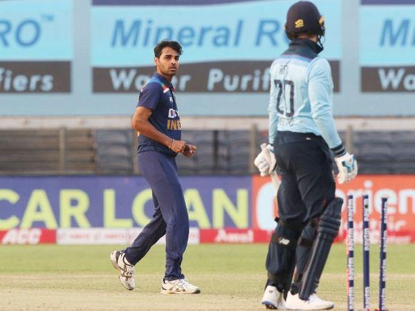 भुवनेश्वर कुमार ने पहले ही ओवर में इंग्लैंड के ओपनर जेसन रॉय को क्लीन बोल्ड किया।