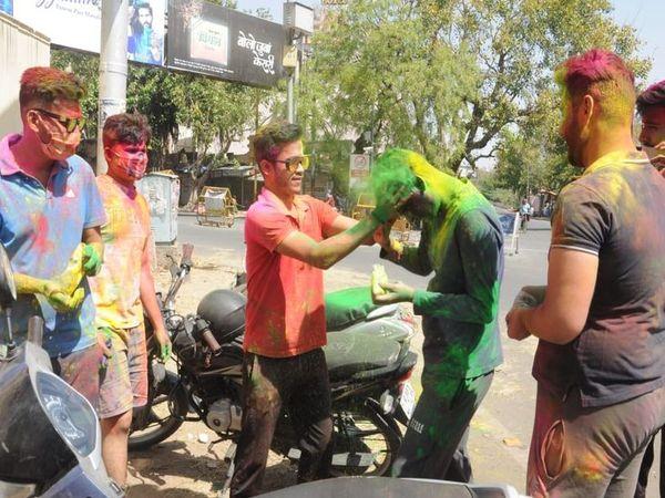 अजमेर के ब्यावर रोड पर होली खेलते युवा