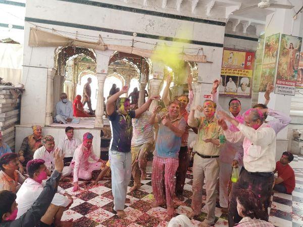 श्रीमाधोपुर में होली खेलते लोग - Dainik Bhaskar