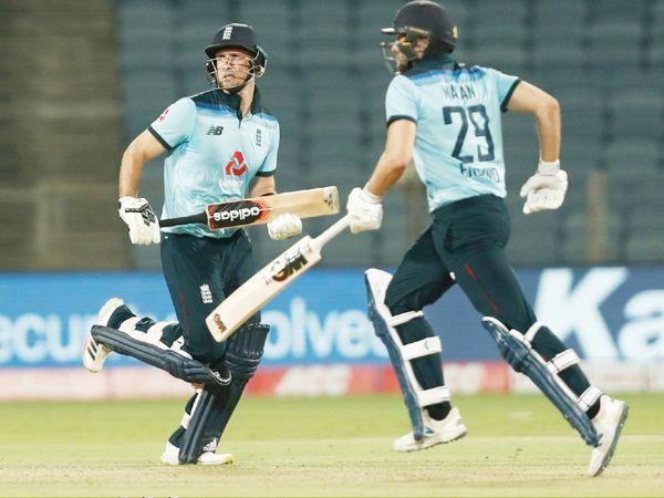 100 रन के अंदर इंग्लैंड के 4 खिलाड़ी आउट हो गए थे। ऐसे में लियाम लिविंगस्टोन ने डेविड मलान के साथ 60 रन की पार्टनरशिप कर पारी को संभाला।