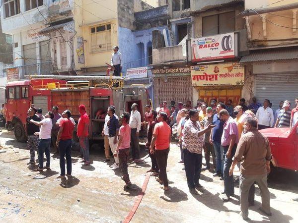 ब्यावर में आग बुझाती दमकल व मौके पर मौजूद लोग - Dainik Bhaskar
