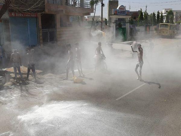 अजमेर में सफेद पाउडर से खेलते होली