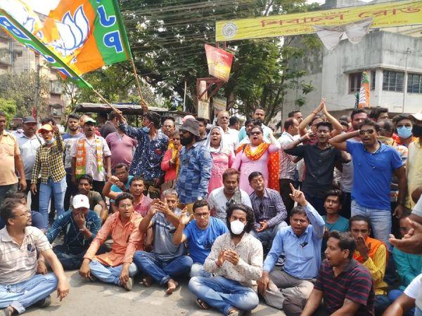 शोवा मजूमदार की मौत के बाद BJP कार्यकर्ताओं ने उत्तर 24 परगना के निमता थाने का घेराव किया। कार्यकर्ताओं ने आरोपियों को जल्द गिरफ्तार करने की मांग की।
